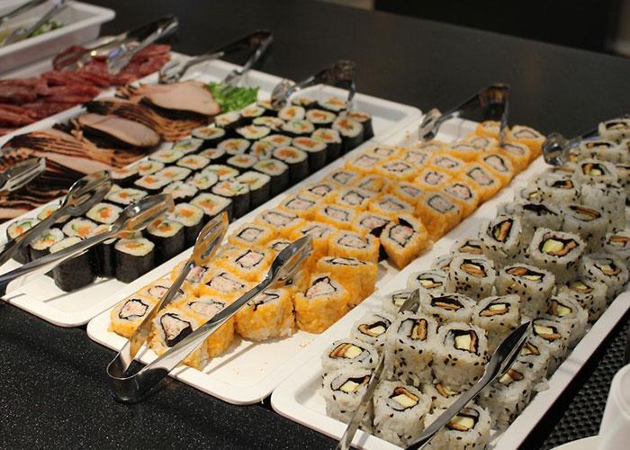 Разнообразие меню шведского стола на пароме включает и суши