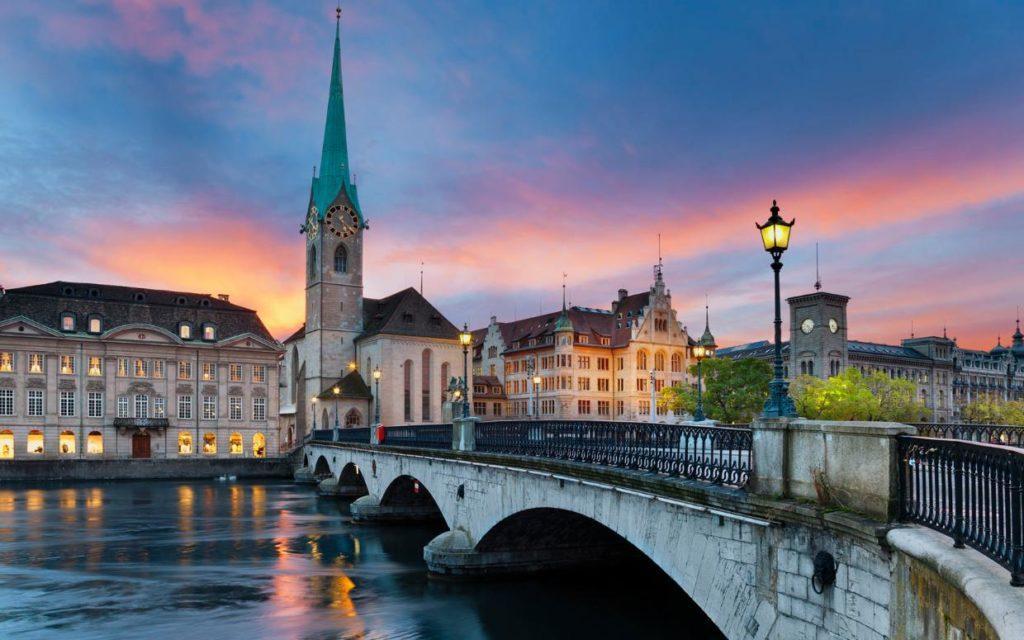 мост перед церковью Фраумюнстер в Цюрихе